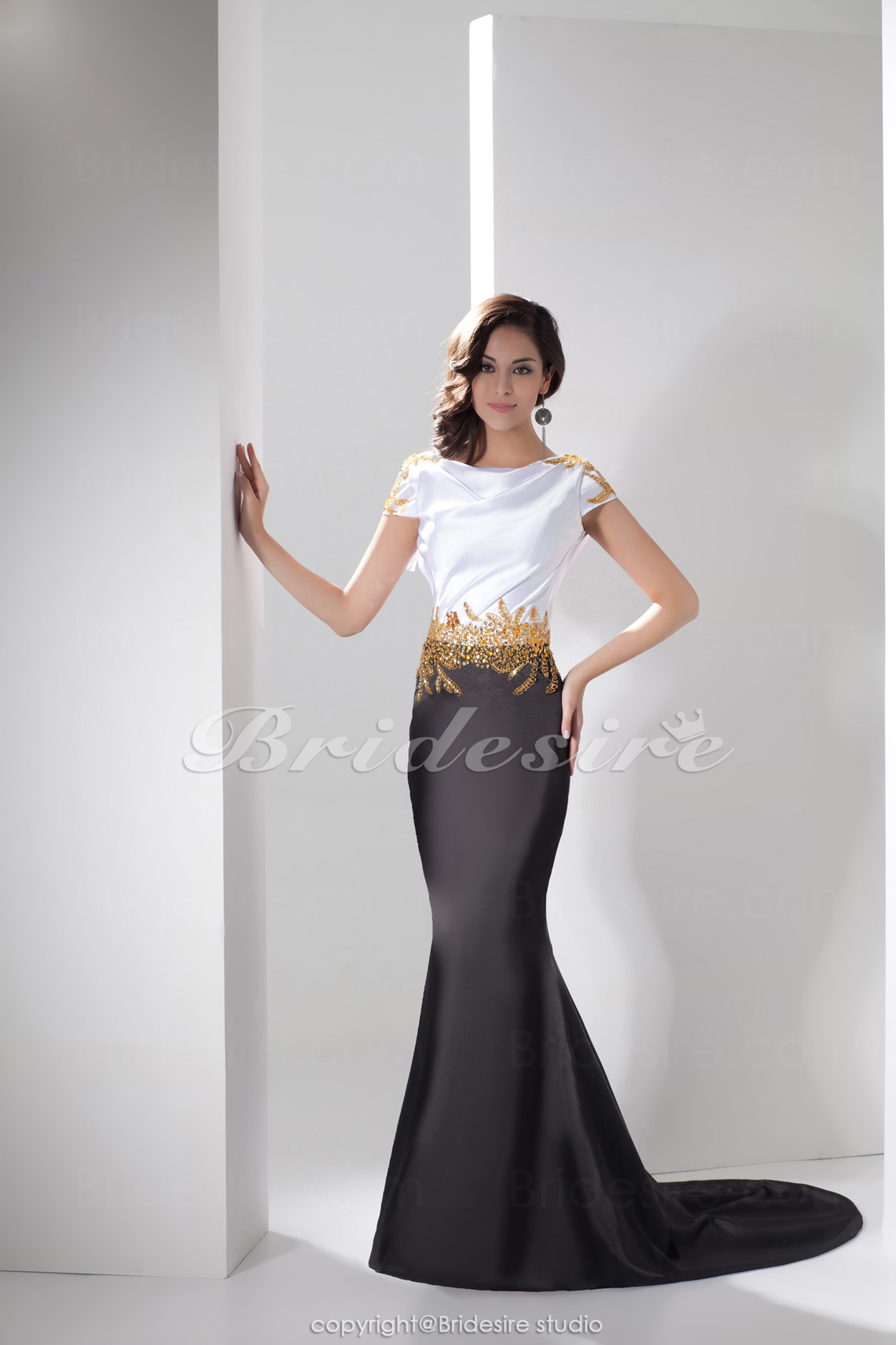 Trumpet / Havfrue Juvel Gulvlængde Sweep Train Kort Ærme Satin Gallakjole